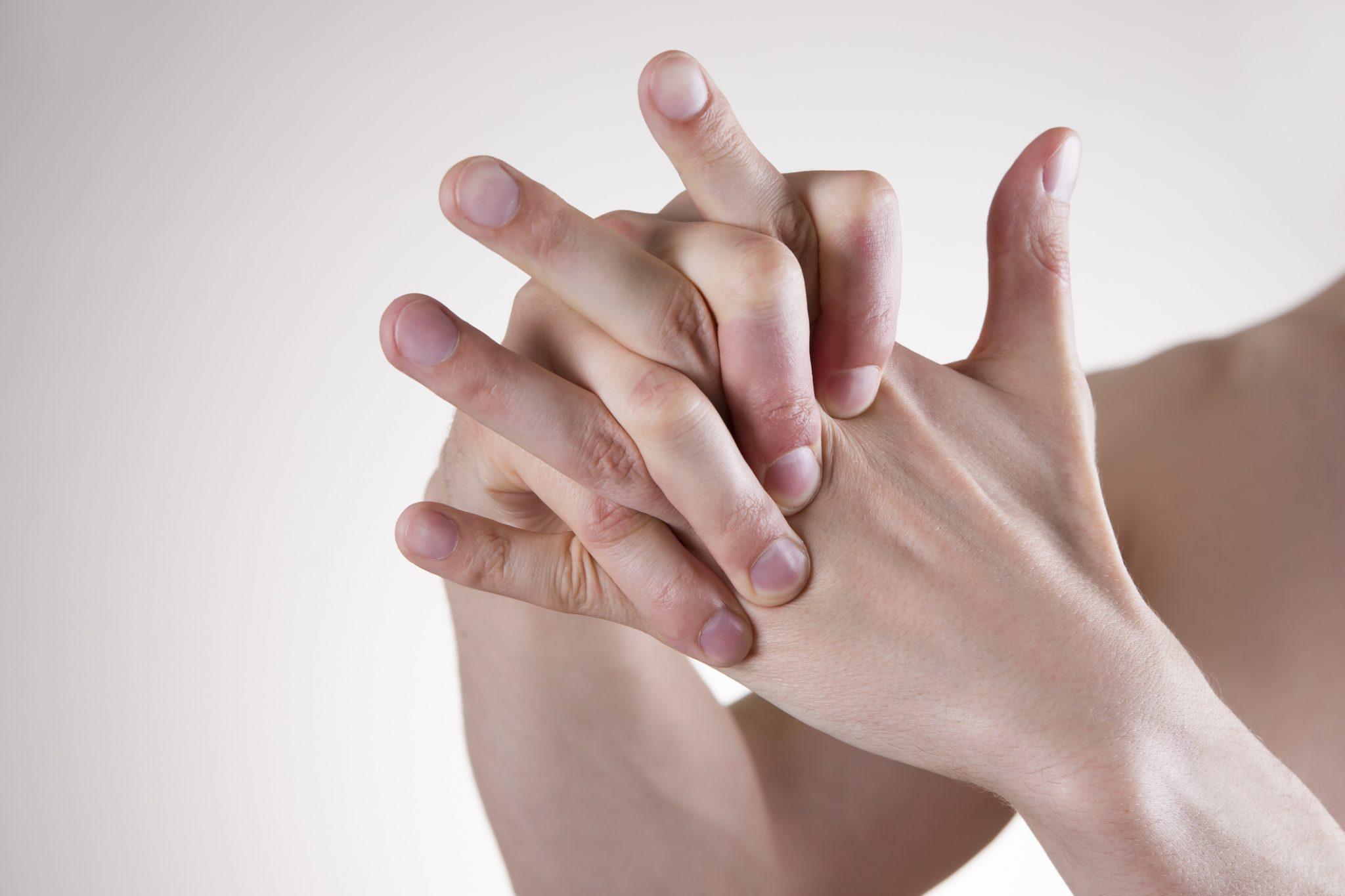 Почему лопается кожа на руках около ногтей